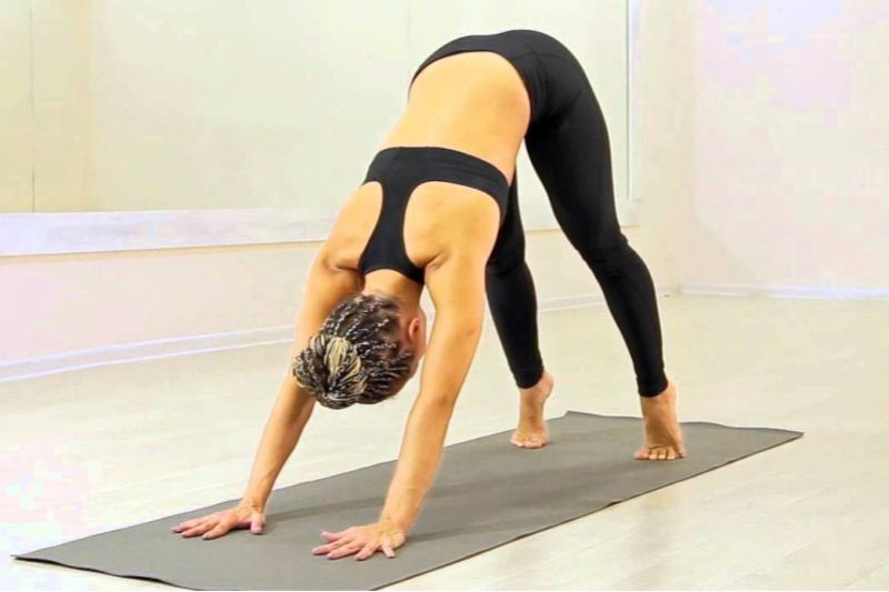Первые упражнения из йоги в домашних условиях для